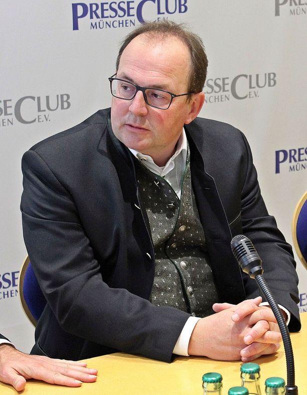 AfD:n edustajana Baijerin maapäiville pyrkivä Markus Plenk puhuu julkisuudessa perinteinen baijerilainen takki päällä.