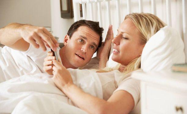 Puolison somen käyttö sängyssä häiritsee suomalaisia.