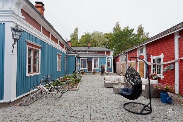 Petroolinsininen talo Vanhassa Raumassa on alun perin vuodelta 1756. Perinteitä kunnioittaen huoneissa on lautalattiat ja peräti viisi puilla lämmitettävää takkaa.