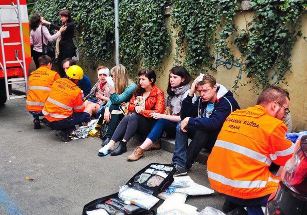 Kaasuräjähdyksessä loukkaantuneita ihmisiä paikattiin Prahan keskustassa maanantaina.