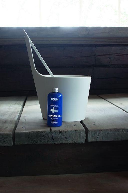 Rento-saunasarjassa on useita Suomi 100 -tuotteita, kuten tämä lahjapakkaus, johon kuuluvat löylytuoksu Korvenkuiske, Pisara-saunakiulu ja Pisara-saunakauha.