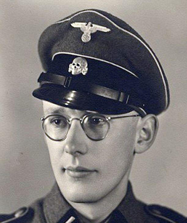 Gröning aloitti työskentelyn Auschwitzin keskitysleirillä 21-vuotiaana.