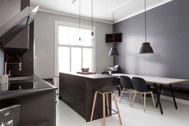 Musta keittiö on paitsi trendikäs mutta tuo myös potkua puutalokodin tunnelmaan.
