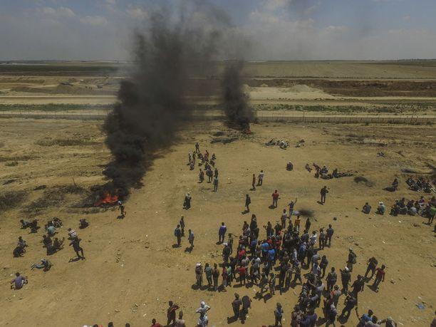 Palestiinalaisia kokoontui mielenosoituksiin useisiin paikkoihin raja-aidan lähelle.