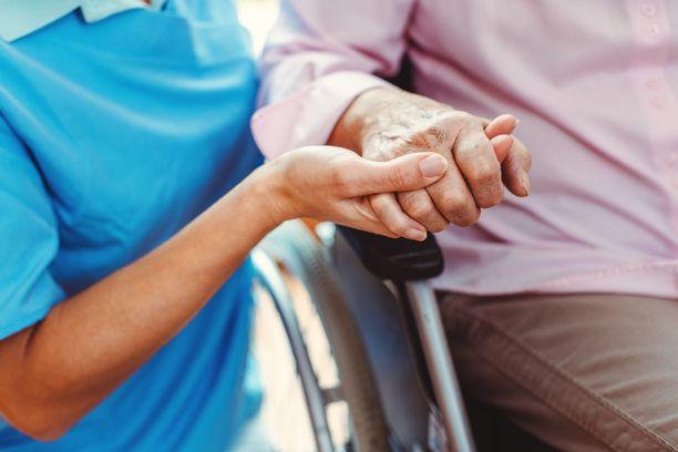Vanhusten ympärivuorokautisen hoidon lakisääteinen henkilöstömitoitus nousee asteittain. Kuvituskuva.