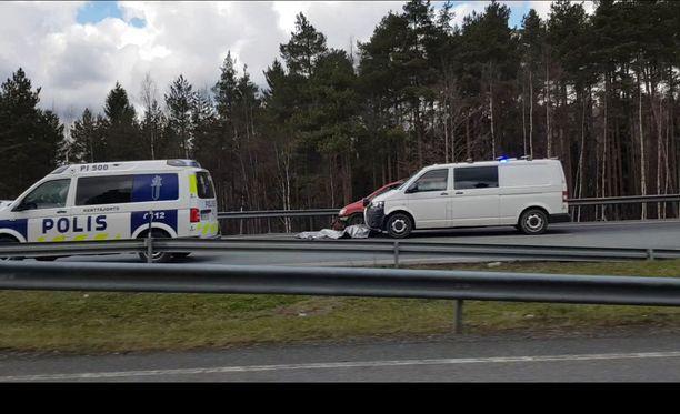 Lauantainen takaa-ajo suuntautui kolmostietä pitkin pohjoiseen. Sääksjärven kohdalla poliisia paennut kääntyi takaisin Helsinkiä kohti.