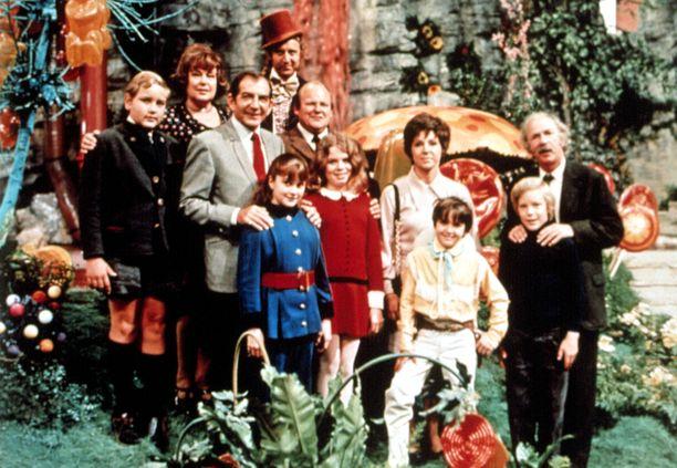 Roald Dahlin kirjaan perustuvassa elokuvassa joukko lapsia voittaa pääsyliput taianomaiseen suklaatehtaaseen.
