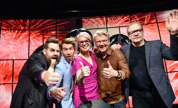 Stan Saanila, Aku Hirviniemi, Baba Lybeck, Pirkka-Pekka Petelius ja Jari Tervo juhlivat Uutisvuodon 600. lähetystä joulukuussa 2015.