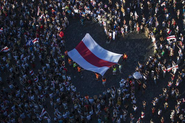 Noin tuhat ihmistä kokoontui osoittamaan tukensa valkovenäläisille mielenosoittajille Prahassa, Tšekin pääkaupungissa.