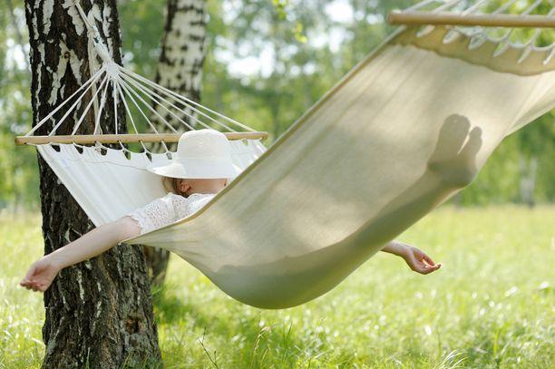 Riippumatossa uni maistuu. Tutkijoiden mukaan se ei kuitenkaan välttämättä voita keinuvaa sänkyä.