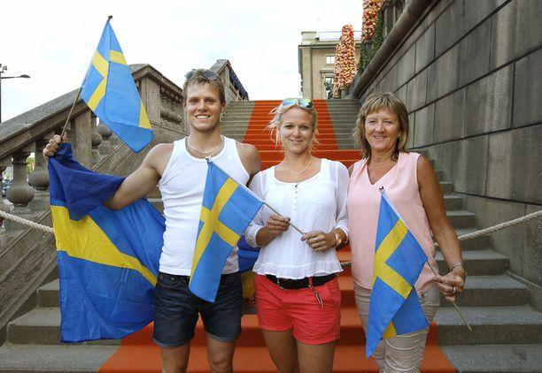Anton Arvidssonin (vas.), Erika Bertilssonin ja Birgitta Bertilssonin odotus palkittiin, kun Carl Philip ja Sofia suutelivat yleisön pyynnöstä.