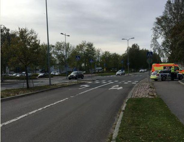 Pian onnettomuuden jälkeen poliisi julkaisi tämän kuvan tapahtumapaikasta. Onnettomuus tapahtui Vantaalla Läntisellä Valkoisenlähteentiellä suojatiellä, joka sijaitsee Tikkurilan uimahallin kohdalla.
