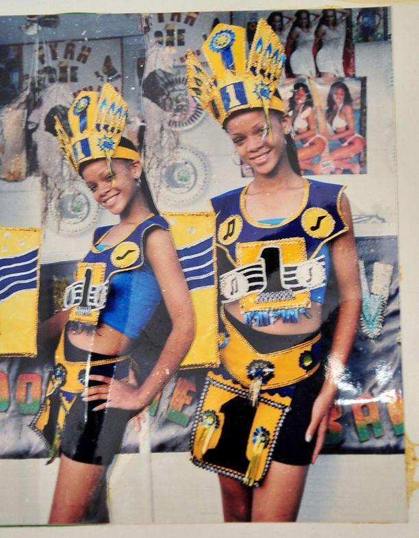 Rihanna, kuvassa 13-vuotiaana, karnevaaliasusteissa.