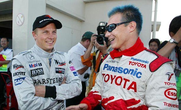 Värikäs sininen tukka nauratti Kimi Räikköstä Suzukassa 2002.
