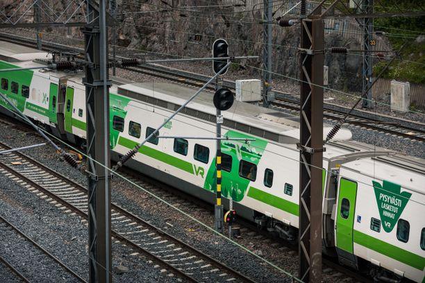 VR kaukojuna Turun-radalla kesäkuussa 2019.