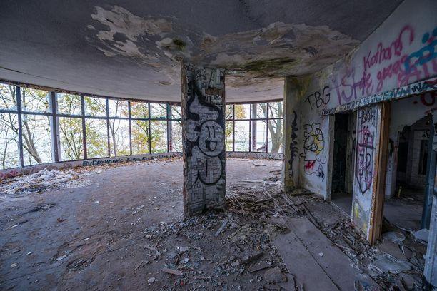 Graffititaiteilijat ovat jättäneet merkkinsä niin hotellin sisä- kuin ulkotiloihinkin.