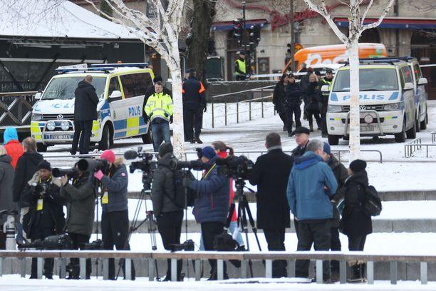 Poliisit valvoivat vierailua.