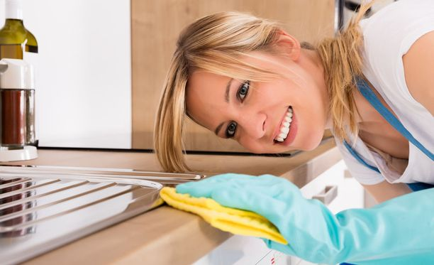 Muista suojakäsineet, kun puhdistat kotisi pintoja kaupallisilla puhdistusaineilla.