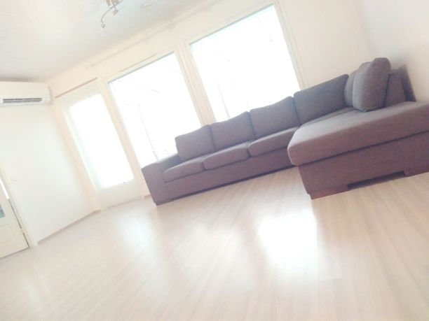 Näin minimalistiselta Leena Hämäläisen kodissa näyttää. Sohvapöytäkin sai lähteä, mikä oli todellinen esimerkki karsimisesta myös sisustussuunnittelija Milla Ek:n mukaan.