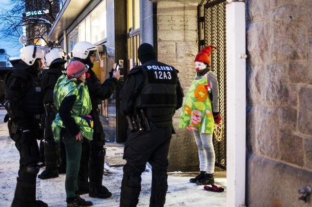 """Soldiers of Odinin kulkue herätti huomiota Tampereella kaksi vuotta sitten. Poliisi otti kiinni ja kuvasi myös vastamielenosoittajia. Vasemmistoanarkistit peittivät niin ikään kasvojaan ja tulivat paikalle nimellä """"Loldiers of Odin""""."""