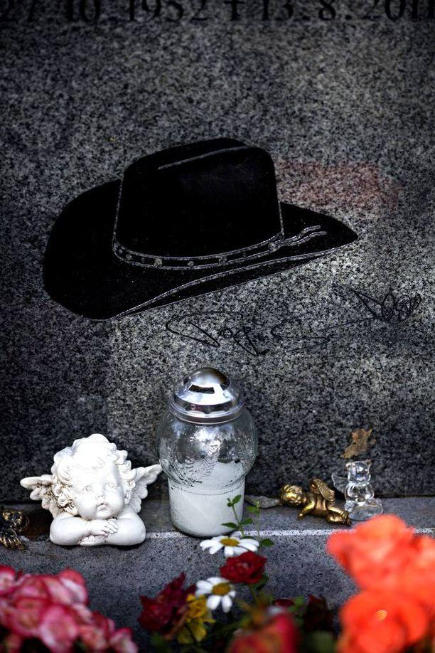 Sorsakosken hautakiveä Ähtärin kirkkomaalla koristaa miehen nimikirjoitus ja lempipäähine stetson.