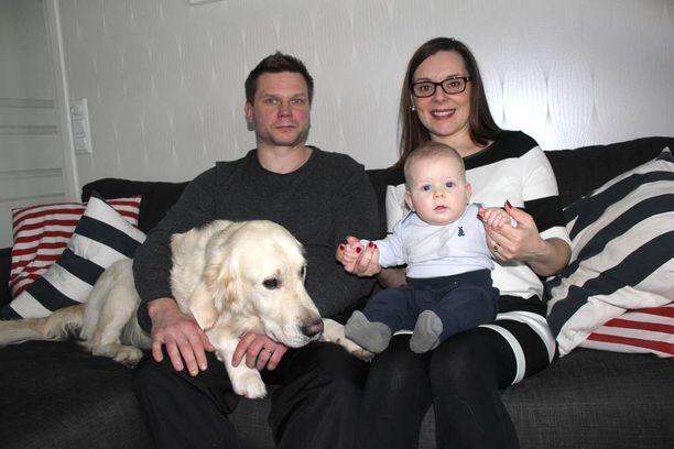 Tero ja Erna Järvelän nuorin poika Remo on reipas viiden kuukauden ikäinen vauva. Myös perheen Onni-koira haluaa osansa huomiosta.