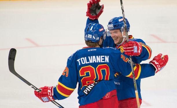 Eeli Tolvanen ja Brian O'Neill juhlivat Jokerien 1-0-maalia. Syöttö O'Neillin maaliin teki Tolvasesta KHL:n ennätysmiehen.