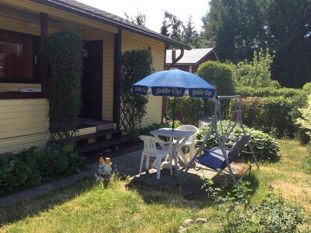 Helsingin Itä-Pakilassa sijaitseva siirtolapuutarhamökki on myynnissä pyyntihintaan 57 000 euroa. Mökissä on huone, avokeittiö, varasto, veranta ja oma pieni piha.