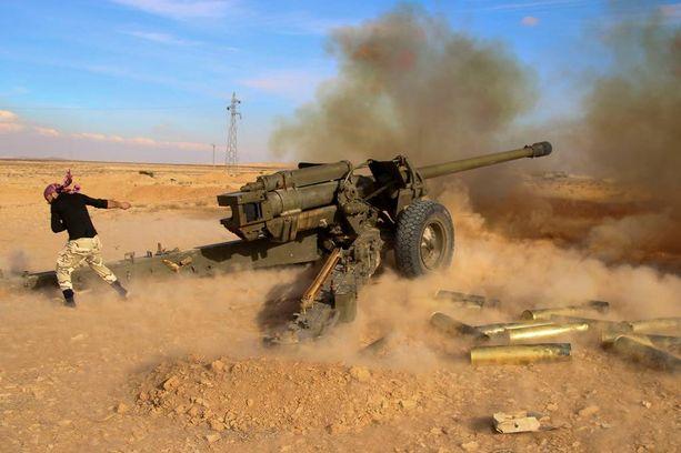 Syyrian hallituksen joukot ampuivat Isisin taistelijoita kohti lauantaina Mahinin lähellä.