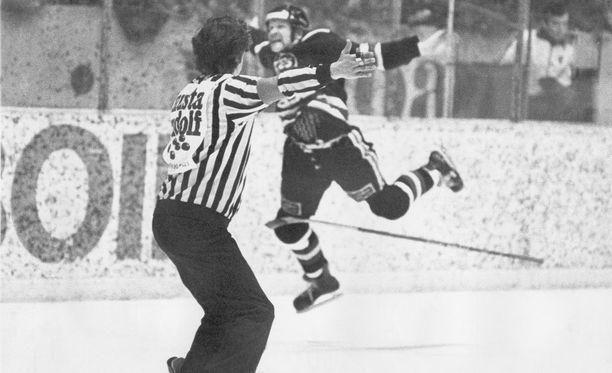 Ensimmäinen SM-liigakausi päättyi Seppo Revon ja TPS:n kultajuhliin Hakametsän jäähallissa.