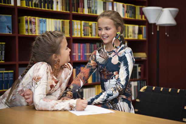 Elina ja Sofia ovat tällä viikolla allekirjoittaneet kustannussopimuksen Tammen kanssa. Kirjassa Elina ja Sofia – Kaikki on mahdollista! tutustutaan paremmin tyttöihin ja siihen mitä he ajattelevat muun muassa ystävyydestä ja unelmien toteuttamisesta. Kirja julkaistaan keväällä 2020.