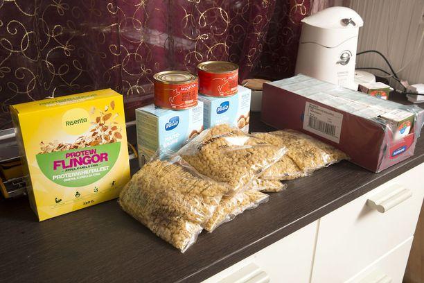 Tuttujen tutut (ventovieraat ihmiset ) ovat tuoneet mm. makaronia, lihasäilykkeitä, tomaattimurskaa ja maitojauhetta.