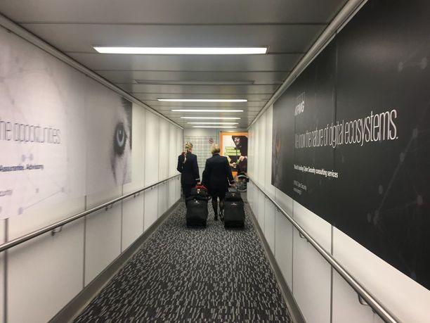 Henkilökunta saapuu koneeseen samaa reittiä kuin matkustajatkin. Myös heidän on kuljettava turvatarkastuksen läpi.