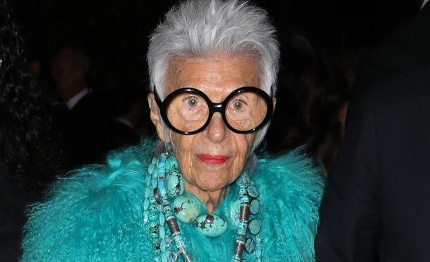 Muotilegenda Iris Apfel ei ole toistaiseksi ehtinyt vilkuilla eläkekelloa. Kuvassa värikkäistä vaatteistaan tunnettu Apfel New Yorkissa kesäkuussa 2018.
