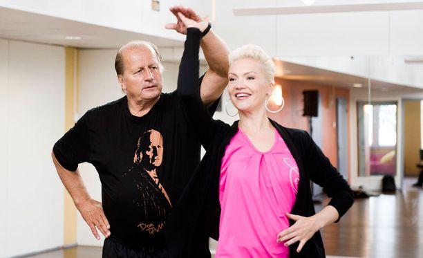 Susa Matson yrittää taikoa Juhani Tammisen kiekkoilijarungosta esiin tanssijan.