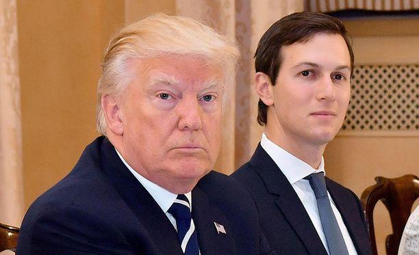 Presidentti Donald Trumpin vävy Jared Kushner keskusteli joulukuussa Venäjän suurlähettilään kanssa mahdollisuudesta luoda salainen ja turvallinen kommunikaatiokanava Trumpin siirtymävaiheen tiimin ja Kremlinin välille, kertovat tiedustelutietoihin perehtyneet lähteet Washington Post -lehdelle.