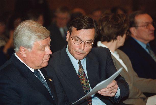 SDP:n ex-puoluesihteeri Markku Hyvärinen (kuvassa keskellä) painosti kansanedustaja Erkki Tuomiojaa asettumaan ehdolle demarien puheenjohtajakilpaan.