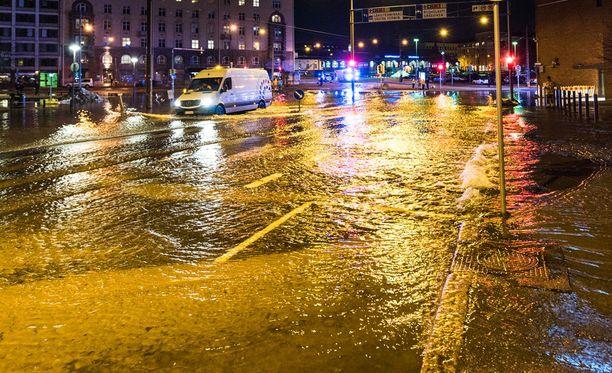 Hietalahdessa tulvi lauantai-iltana. Vesiputken korjaus kesti sunnuntaiaamuun saakka.