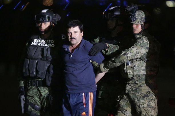 """Joaquin Guzmán Loera, alias El Chapo eli """"Pätkä"""" jäi lopullisesti kiinni tammikuussa 2016, kun Meksikon merijalkaväen sotilaat iskivät hänen majapaikkaansa Sinaloan Los Mochisissa. Sitä ennen hänet oli pidätetty kahdesti, vuosina 1993 ja 2014. Hän oli myös paennut vankilasta kahdesti, vuosina 2001 ja 2015."""