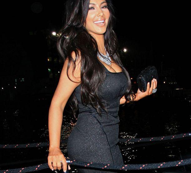 Kim vaihtoi Zac Posenin luomuksen toiseen mustaan iltapukuun ennen siirtymistään jahdille New Yorkissa.