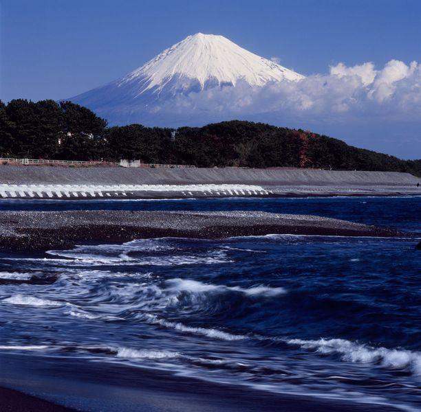 Miho no Matsubara, Japani: Tässä maisemassa on dramatiikkaa! Musta ranta, ja taustalla vielä kuulu Fuji-vuori.