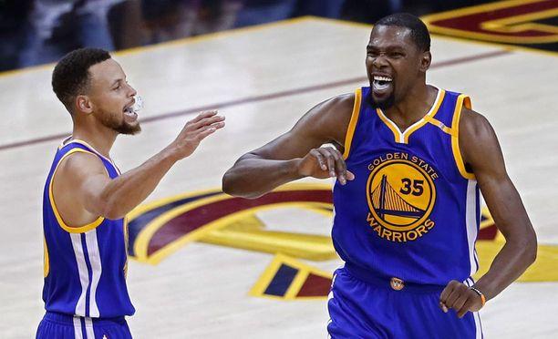 Golden Staten suurmiehet Stephen Curry ja Kevin Durant pääsivät taas tuulettamaan voittoa.