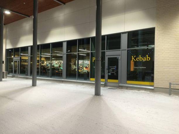 Nujakka sai silminnäkijän mukaan alkunsa Toppilan kauppakeskuksessa olevasta ravintolasta.