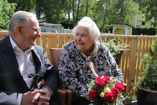 """Morsiamelle kimppu, muistuttaa Kalevi Hakala, kun hän asettuu juhlakuvaan vaimonsa Airin kanssa. Marraskuussa 95 vuotta täyttävän miehen tavoitteensa on ollut elää niin pitkään, että 70 avioliittovuotta tulee täyteen. """"Nyt ei ole mitään tavoitetta enää. 95:ä vuottakin vähän epäilen."""""""