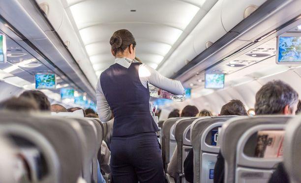 Aikaerorasitukseen kannattaa totutella jo lennon aikana syömällä kevyesti ja juomalla paljon vettä.