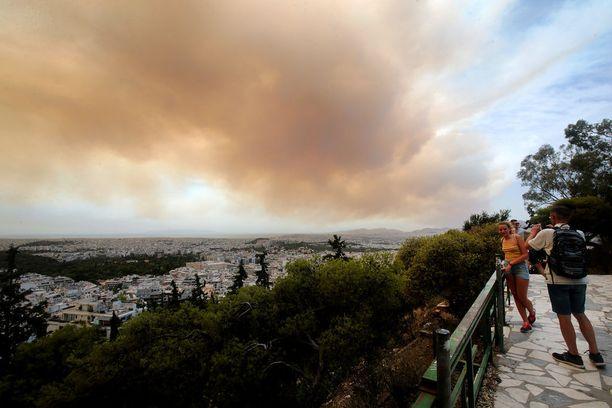 Ihmiset ottivat valokuvia erikoisen värisestä savupilvestä Geraniassa.