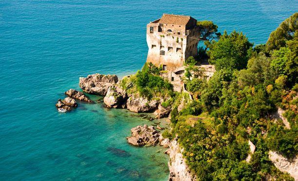 Polski kristallinkirkkaissa vesissä Amalfin rannikolla.