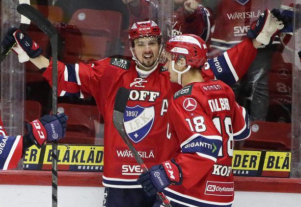 HIFK:n Eetu Koivistoinen juhlii ensimmäistä illan kahdesta maalistaan ja saa onnittelut kapteeni Teemu Tallbergiltä.