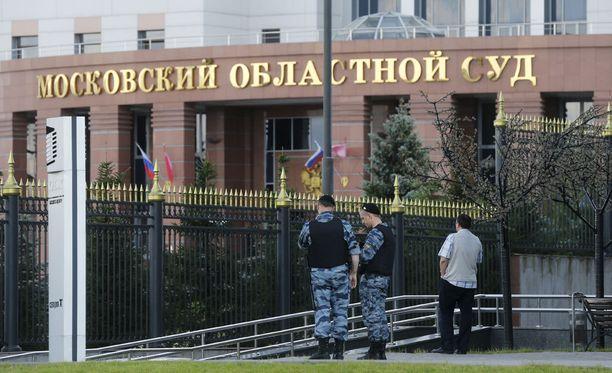 Venäläismediassa haastattelemien asiantuntijoiden mukaan työvoimapula on saattanut olla yksi syy siihen, miksi asehyökkäys Moskovan oikeustalolla onnistui.