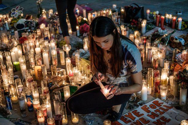 Ihmiset ovat tuoneet kynttilöitä rikospaikalle Las Vegasissa.